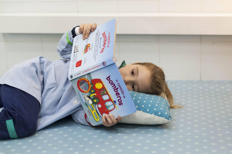alumne d'infantil llegint