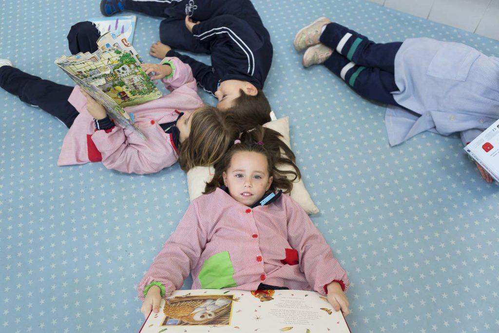Alumnes Fàtima llegint